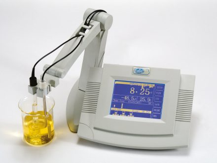 The Digital pH-meter 'pH-2006' measures pH in water-based solutions. This bench top model has a large graphic touchscreen.